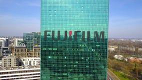 Antenne van bureauwolkenkrabber wordt geschoten met Fujifilm-embleem dat De moderne bureaubouw Het redactie 3D teruggeven Stock Fotografie