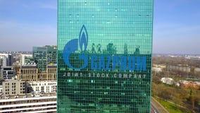 Antenne van bureauwolkenkrabber wordt geschoten met Gazprom-embleem dat De moderne bureaubouw Het redactie 3D teruggeven Royalty-vrije Stock Fotografie