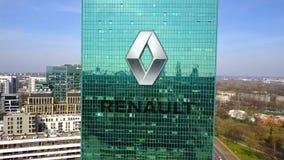 Antenne van bureauwolkenkrabber wordt geschoten met het embleem dat van Groupe Renault De moderne bureaubouw Het redactie 3D teru Stock Afbeeldingen
