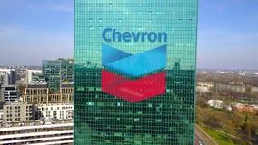 Antenne van bureauwolkenkrabber wordt geschoten met het embleem dat van het Chevronbedrijf De moderne bureaubouw Het redactie 3D  Royalty-vrije Stock Afbeeldingen