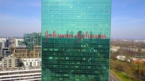 Antenne van bureauwolkenkrabber wordt geschoten met het embleem dat van Johnson ` s De moderne bureaubouw Het redactie 3D terugge Stock Fotografie