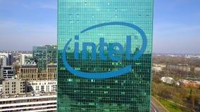Antenne van bureauwolkenkrabber wordt geschoten met Intel Corporation-embleem dat De moderne bureaubouw Het redactie 3D teruggeve Royalty-vrije Stock Foto