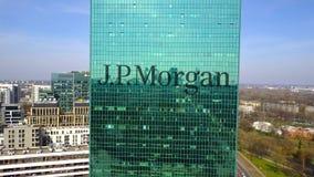 Antenne van bureauwolkenkrabber wordt geschoten met J dat P Morgan-embleem De moderne bureaubouw Het redactie 3D teruggeven Stock Afbeelding