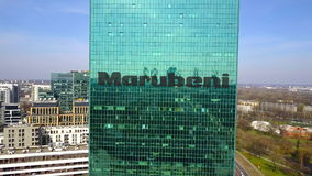 Antenne van bureauwolkenkrabber wordt geschoten met Marubeni-Bedrijfsembleem dat De moderne bureaubouw Het redactie 3D teruggeven Stock Fotografie