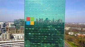 Antenne van bureauwolkenkrabber wordt geschoten met Microsoft-embleem dat De moderne bureaubouw Het redactie 3D teruggeven Royalty-vrije Stock Fotografie