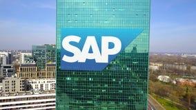 Antenne van bureauwolkenkrabber wordt geschoten met SAP-het embleem dat van SE De moderne bureaubouw Het redactie 3D teruggeven Stock Foto's