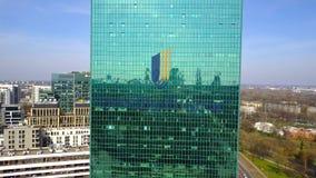 Antenne van bureauwolkenkrabber wordt geschoten met UnitedHealth-Groep embleem dat De moderne bureaubouw Het redactie 3D teruggev Stock Fotografie