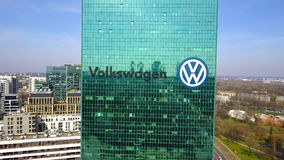 Antenne van bureauwolkenkrabber wordt geschoten met Volkswagen-embleem dat De moderne bureaubouw Het redactie 3D teruggeven Royalty-vrije Stock Foto's