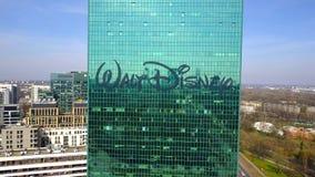 Antenne van bureauwolkenkrabber wordt geschoten met Walt Disney Pictures-embleem dat De moderne bureaubouw Redactie 3D het terugg stock videobeelden