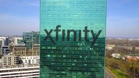 Antenne van bureauwolkenkrabber wordt geschoten met Xfinity-embleem dat De moderne bureaubouw Het redactie 3D teruggeven Stock Fotografie