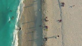 Antenne van Cancun-strand Dronetotmening van kustlijn, mensen, oceaangolven stock footage
