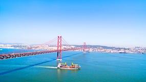 Antenne van de 25 Abril brug in Lissabon Portugal Stock Afbeelding