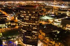 Antenne van de gebouwen van de binnenstad bij nacht in Phoenix, AZ Stock Afbeelding