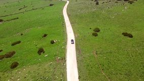 Antenne van de Hilly Road With Driving Lonely-Auto stock footage