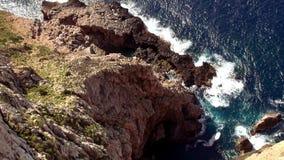 Antenne van de klippenlijn wordt geschoten met diep blauw water van de Middellandse Zee die stock videobeelden