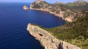 Antenne van de klippenlijn wordt geschoten met diep blauw water van de Middellandse Zee die stock footage