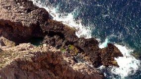 Antenne van de klippenlijn wordt geschoten met diep blauw water van de Middellandse Zee die stock video