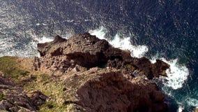 Antenne van de klippenlijn wordt geschoten van Mallorca met diep blauw water dat stock videobeelden