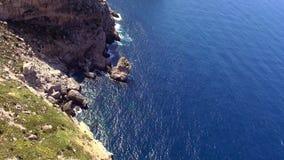 Antenne van de klippenlijn wordt geschoten van Mallorca met diep blauw water dat stock footage