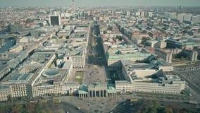 Antenne van de Poort van Brandenburg in Berlijn, Duitsland wordt geschoten dat stock footage
