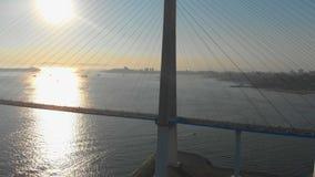 Antenne van de Russkiy-kabelbrug tijdens zonsondergang in een stad van Vladivostok, Rusland wordt geschoten dat stock footage