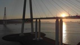 Antenne van de Russkiy-kabelbrug tijdens zonsondergang in een stad van Vladivostok, Rusland wordt geschoten dat stock video