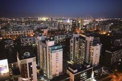 Antenne van de Siberische hoofdstad van Novosibirsk bij zonsondergang wordt geschoten die stock foto