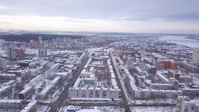 Antenne van de stad in sneeuw wordt bedekt die klem Hoogste mening van de snow-covered Russische stad stock videobeelden
