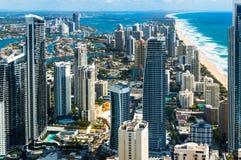 Antenne van de stad van het Surfersparadijs en strand, Gouden Kust, Australië Stock Foto
