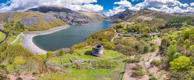 Antenne van Dolbadarn-Kasteel in Llanberis in het Nationale Park van Snowdonia in Wales royalty-vrije stock afbeeldingen