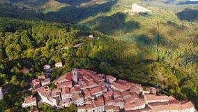 Antenne van een kleine stad op de heuvel in Toscanië, Italië dat, 4K wordt geschoten stock video