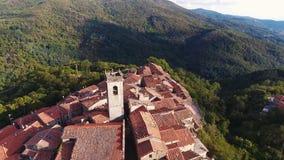 Antenne van een kleine stad op de heuvel in Toscanië, Italië dat, 4K wordt geschoten stock footage