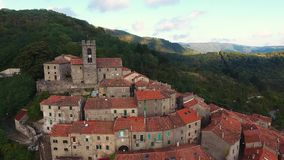 Antenne van een kleine stad op de heuvel in Toscanië, Italië dat, 4K wordt geschoten stock videobeelden