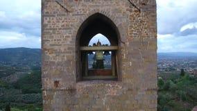 Antenne van een middeleeuwse klokketoren op de heuvel in een kleine stad in Toscanië, Italië dat, 4K wordt geschoten stock videobeelden