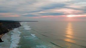 Antenne van een mooie zonsondergang bij het strand van Figueiras van het Dal in Portug Royalty-vrije Stock Fotografie