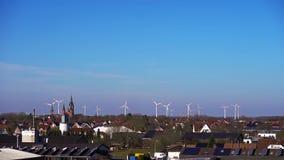 Antenne van energie wordt geschoten die windturbines produceren die stock footage