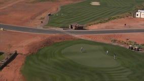 Antenne van golfspelers op het gezoem dat van de woestijncursus uit wordt geschoten stock video
