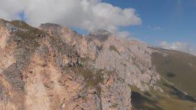 Antenne van groep klimmers wordt geschoten die met een kabel werken die Het reddingswerk die tot de bovenkant van de berg beklimm stock footage