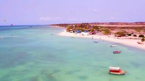 Antenne van het eiland van Aruba bij Fisermans-Hutten stock video