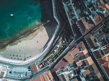 Antenne van het strand van een stedelijke stad wordt geschoten die royalty-vrije stock afbeeldingen