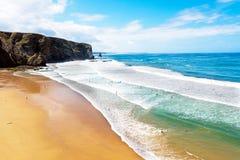 Antenne van het surfen op Arrifana in Portugal Stock Fotografie