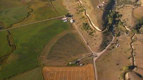 Antenne van landbouwbedrijfgebieden dat hierboven wordt geschoten van stock videobeelden