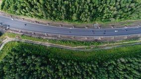Antenne van landschap van de schoonheids het bosaard met weg wordt geschoten die royalty-vrije stock foto