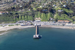 Antenne van Malibu Pier State Park en Vreedzame Kustweg Royalty-vrije Stock Afbeelding