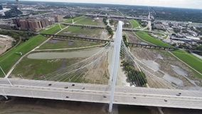 Antenne van Margaret Hunt Hill Bridge in Dallas, Texas stock video