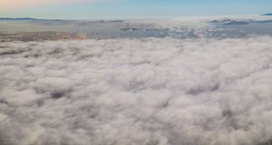Antenne van Marine Layer Drifting Over San Francisco Bay Area royalty-vrije stock foto