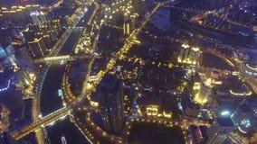 Antenne van moderne gebouwen en stedelijke cityscape bij nacht, Tianjin, China wordt geschoten dat stock videobeelden