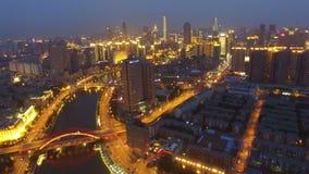 Antenne van moderne gebouwen en stedelijke cityscape bij nacht, Tianjin, China wordt geschoten dat stock footage