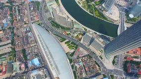 Antenne van moderne gebouwen en stedelijke cityscape, Tianjin, China wordt geschoten dat stock video