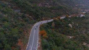 Antenne van motorfietsgroep wordt geschoten op bergweg die stock footage